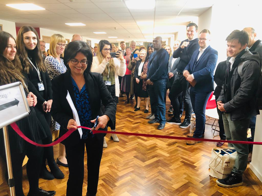 Opening of the careers and employability hub - ribbon cutting 通过 Dr Mehreen Mirza